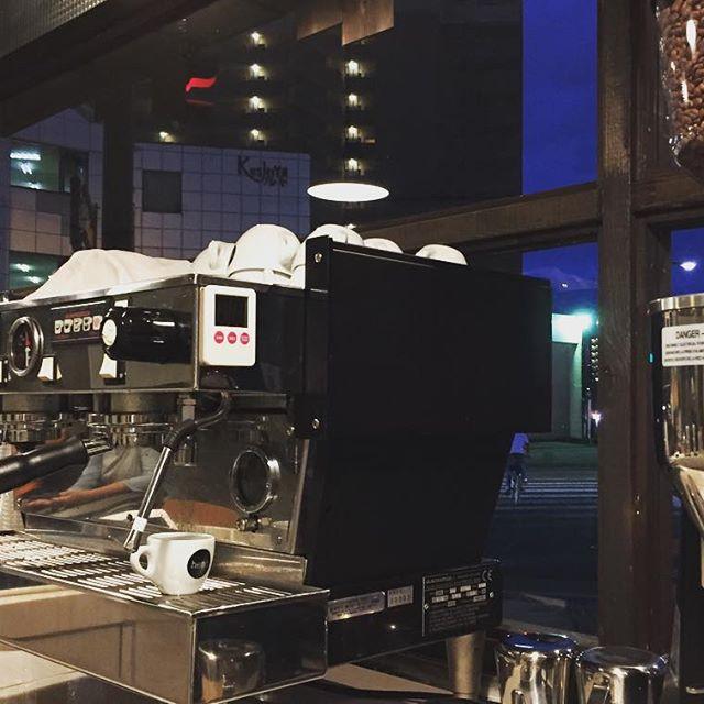 寒い夜いかがお過ごしでしょうか仕事や学校帰りにも、ぜひElskaにお立ち寄り下さいね!#elskaheartcoffee #espresso #coffee #latte - from Instagram