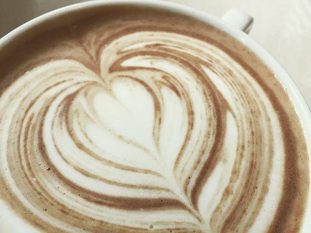 今日のオススメはブルーベリーラテ️浅煎りのケニア豆から抽出されたエスプレッソ。ラテ用に調整された自家製ブルーベリーソースがフルーティーなテイストをさらに引き立てます!お試し下さい#elskaheartcoffee #specialitycoffee #pourover #aeropress #latte #blueberrylatte - from Instagram