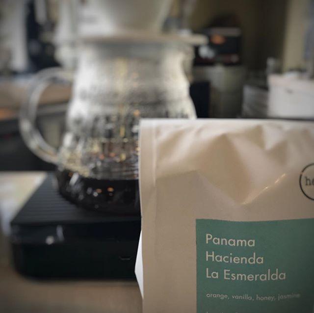 おはようございます!heartのPanama La Esmeralda入荷しました!オレンジの酸味とほのかにバニラが合わさる上品な飲み心地になっております!この機会に是非飲んでみて下さい^_^尚店頭でのpouroverでの販売ですので、豆売りは致しておりません。Panama Hacienda La EsmeraldaflavorOrenge.Vanilla.Honey.JasminePour over ¥1000#elskaheartcoffee #pourover #geisha #panama #coffee #coffeeshop #宇都宮カフェ #栃木カフェ #栃木 #espresso - from Instagram